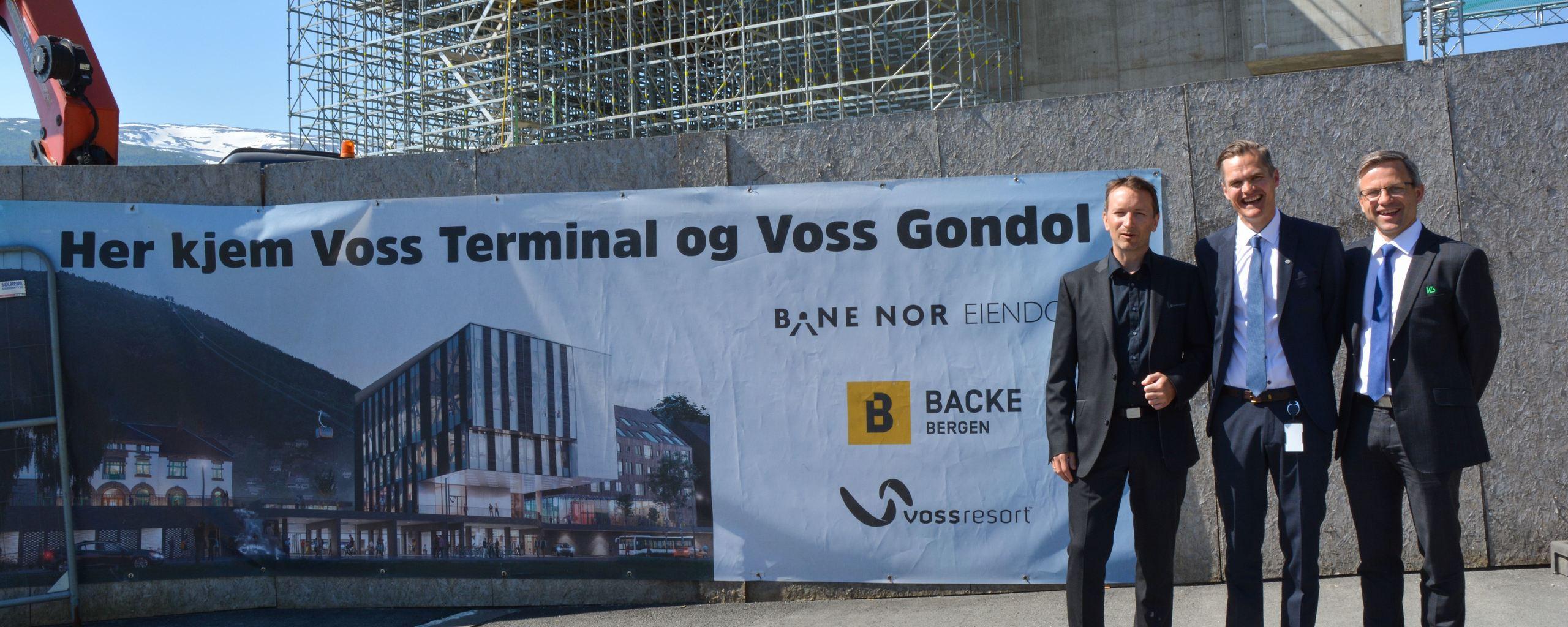Asgeir Løno (regionbanksjef Sparebanken Vest), Jørund Rong (adm. banksjef Voss Sparebank) og Stig Gunnar Røthe (adm. banksjef Vekselbanken)